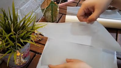 ورق زبدة شفاف داخل تيشرت لتجهيزه للطباعة