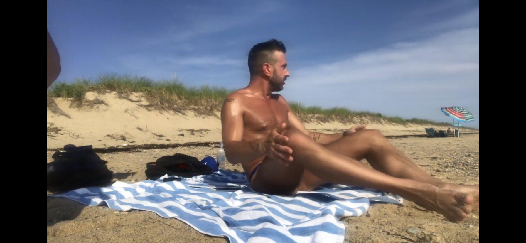 padre e hijo en la playa con poca ropa