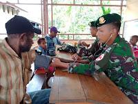 Berikan Layanan Kesehatan, Satgas Yonif Mekanis Raider 411/Divif 2 Kostrad Lakukan Pengobatan Gratis di Kampung Erambu