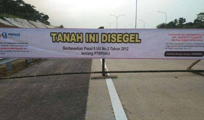 Diduga Bermasalah, Jalan Tol Serpang di Desa Sukamaju Kecamatan Cikeusal di Segel Warga