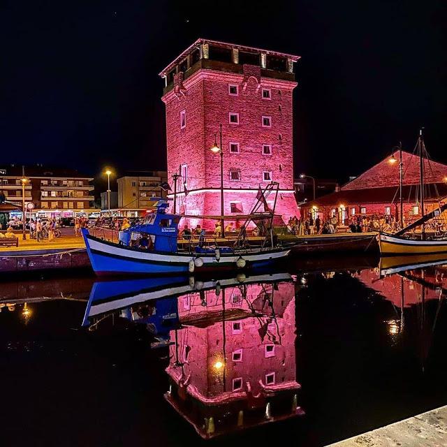 Cervia-la-torre-san-michele-durante-la-notte-rosa