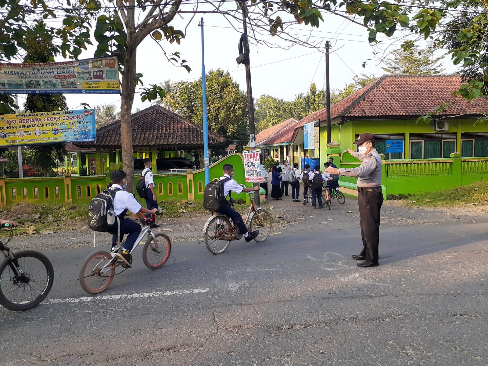PTM Terbatas di Kebumen Mulai Berjalan, Polisi Diterjunkan untuk Atur Lalu Lintas di Depan Sekolah