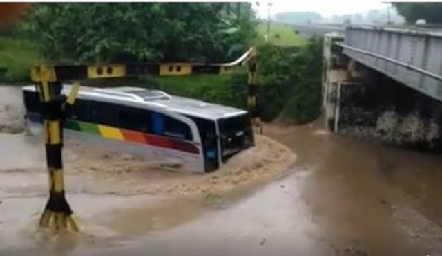 Video Supir Bus P.O Sinar Jaya Saat Terjang Banjir