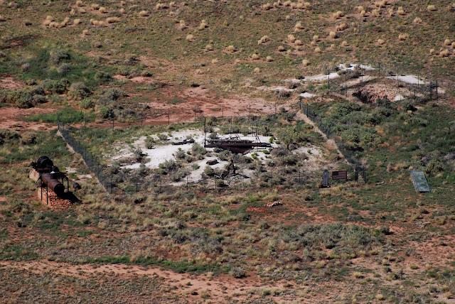 Restes de l'exploitation minière infructueuse au centre du cratère.