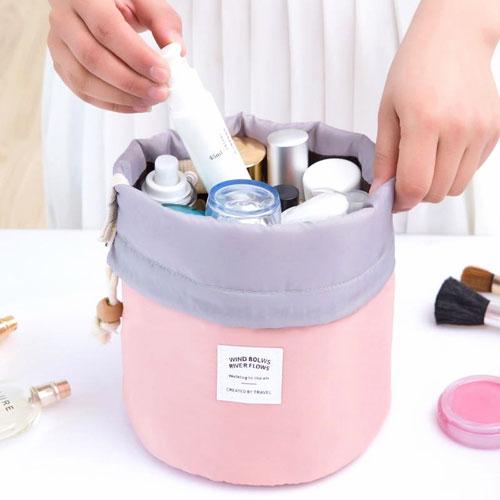 neceser de viaje rosa con productos cosméticos