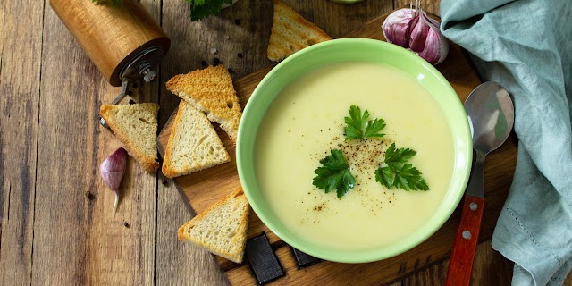 Fűszeres zellerszárkrémleves: tejszínnel finom selymes lesz