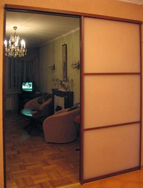 Раздвижная перегородка в комнате из дверей купе