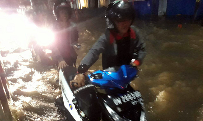 Hujan Deras, Jalan Ahmad Yani Bone Terendam Air Setinggi 50 Cm