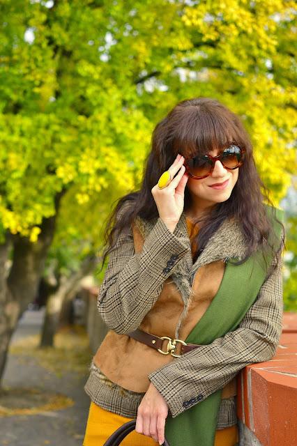 JESENNÉ VRSTVENIE_Katharine-fashion is beautiful_Tvídové sako_Semišová vesta_Olivová pašmína_Katarína Jakubčová_Fashion blogger