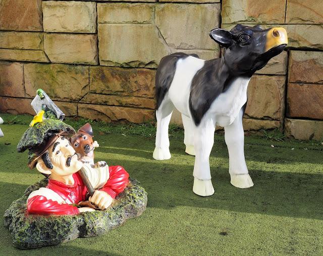 puutarhapatsas, lehmä, maastakaivautuva mies