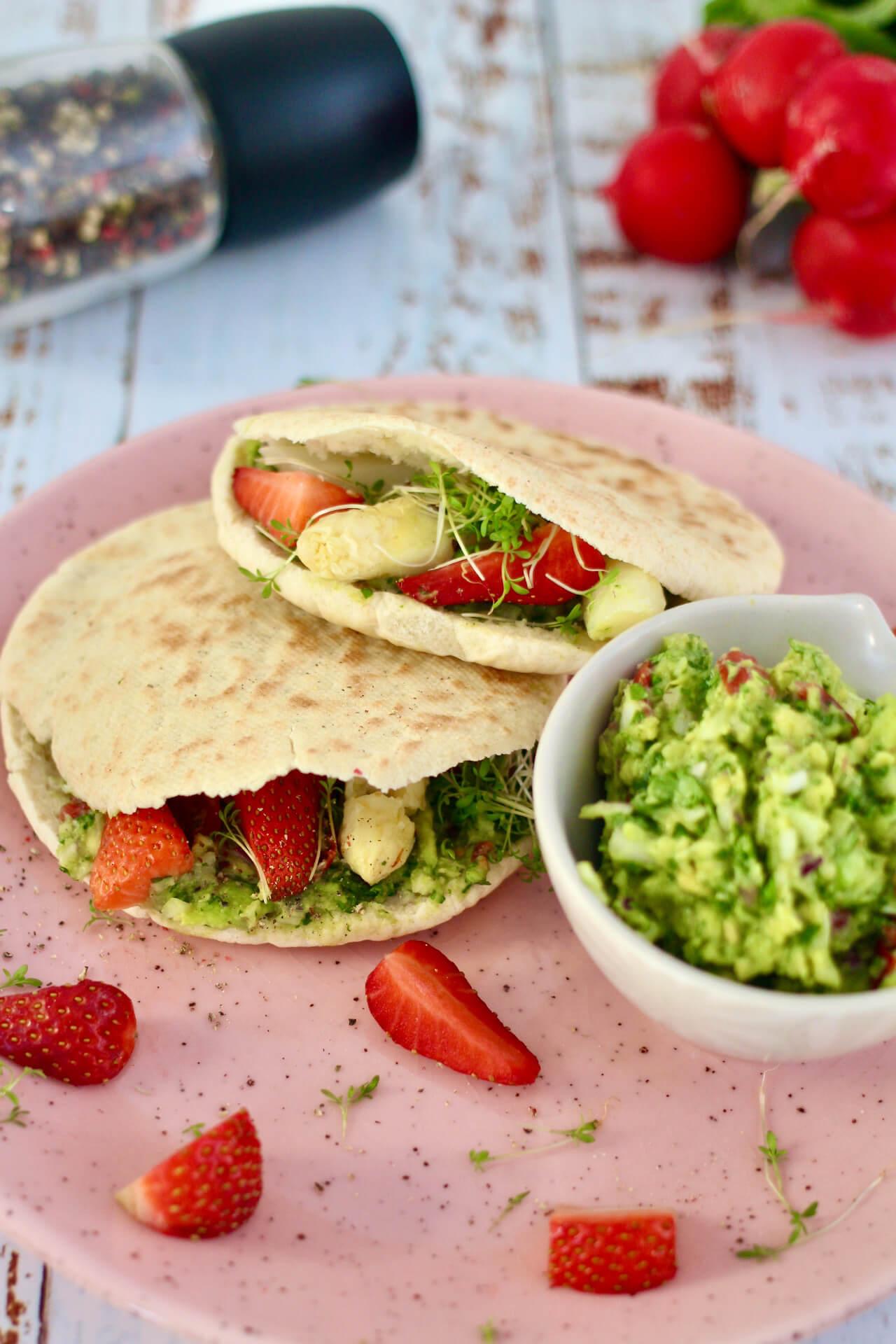 Gefüllte Pita mit Spargel und Erdbeeren