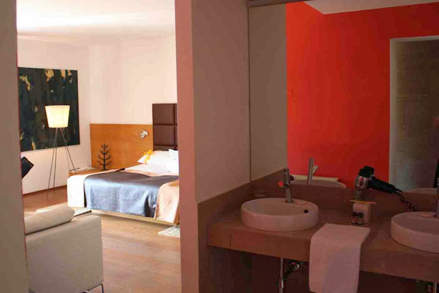 Die Bad-Nische im großräumigen Genießerzimmer im Hotel Hanner © Copyright Monika Fuchs, TravelWorldOnline
