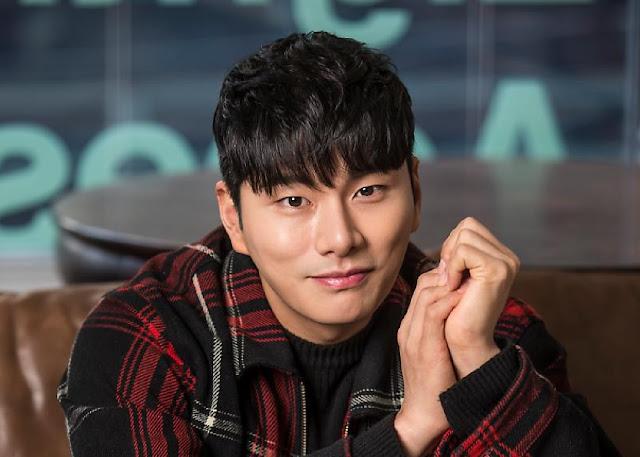 Aktor Lee Yi Kyung Tuai Pujian Atas Tindakannya Selamatkan Orang Yang Akan Bunuh Diri