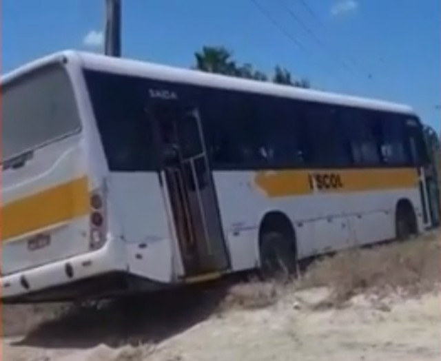Ônibus escolar sem freio sai da pista e bate em barranco em Caucaia