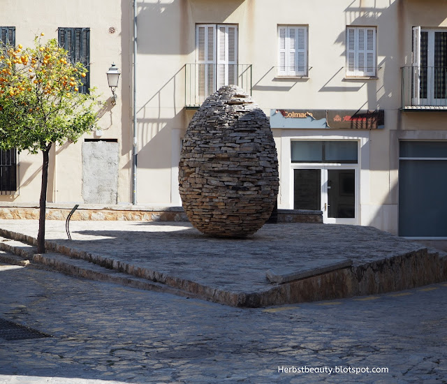 Palma de Mallorca, Ei aus Steinund Orangenbaum