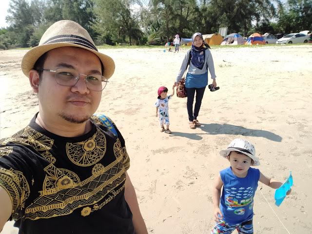 selfie bersama keluarga di pantai morib