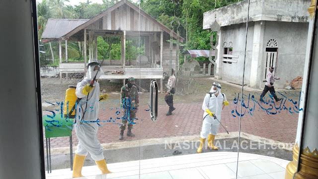 """Brimob Aceh Menyongsong """"New Normal"""" dengan Melakukan Penyemprotan Disinfektan di Tempat Ibadah"""