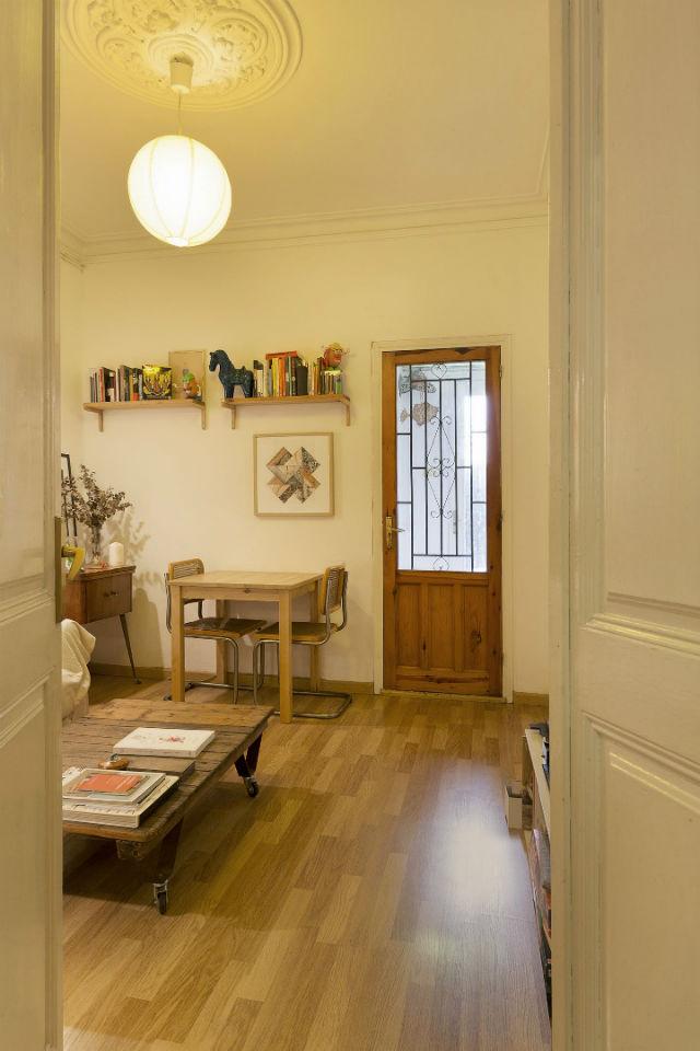 salón de casa de alquiler (puertas pintadas)
