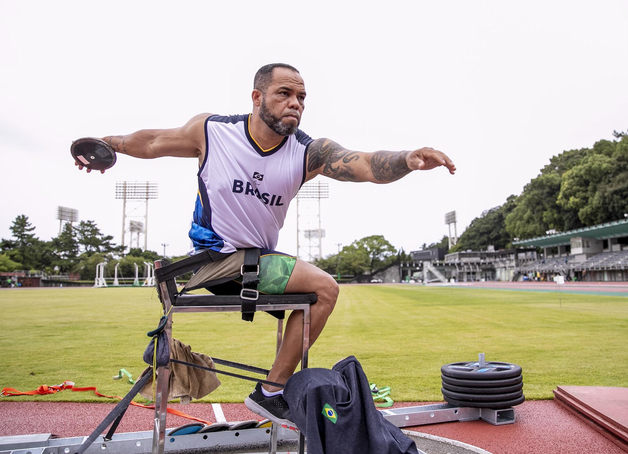 Com camisa de treino, Claudiney Santos se prepara para lançamento