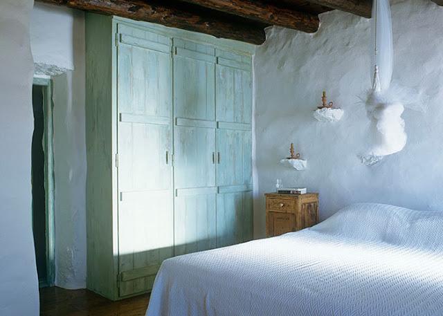 placards en bois patine verte murs blanchis à la chaux