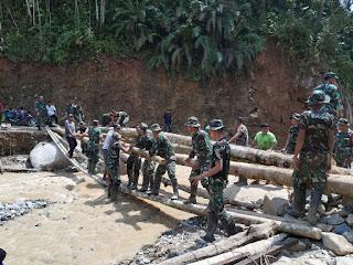 TNI AD Kipan C Yonif 126/KC Bangun Jembatan Darurat Hatapang Labura