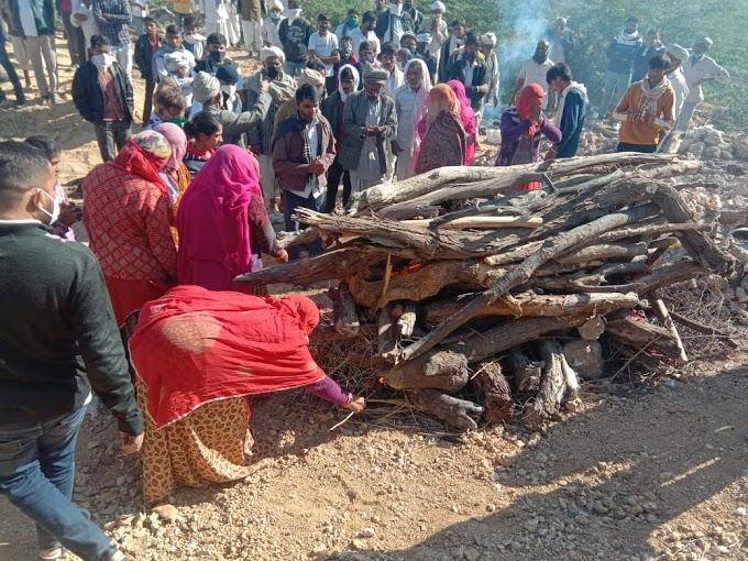 देश मे ऐसा पहली बार- BARMER-रूढ़िवादी परंपरा को दरकिनार कर सात बेटियों ने अपने पिता की अर्थी को कंधा दे दी मुखाग्नि