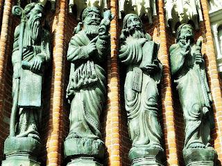 Os Santos à Esquerda  da Entrada da Catedral de La Plata