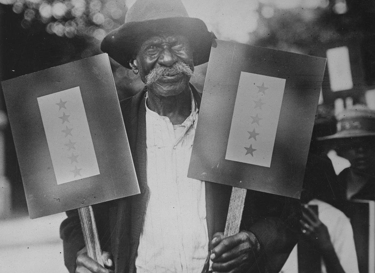 Leyenda original: Ike Sims de Atlanta, Georgia, con 87 años de edad, tiene once hijos en el servicio.