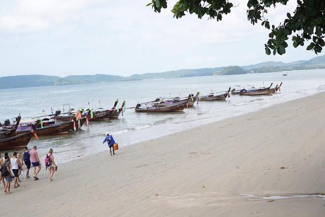 มีเรือหางยาวที่หาดสามารถเหมา ไปยังที่ต่างๆ เช่น ถ้ำพระนาง, หาดไร่เลย์, เกาะห้อง ฯลฯ