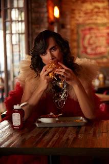 hombre con joyas comiendo hamburguesa