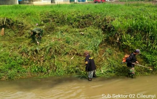 Satgas Sektor 21-2 Bersama Warga Bersihkan Sungai Cikeruh di Desa Tegal Sumedang Rancaekek