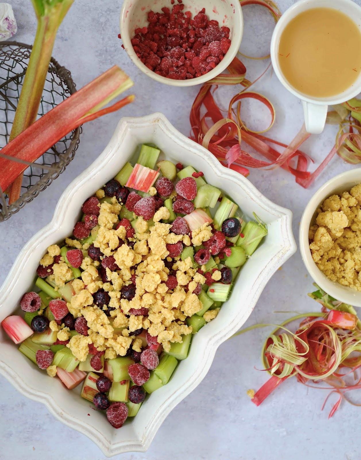 crumble bien croustillant , myrtilles, framboises , rhubarbe