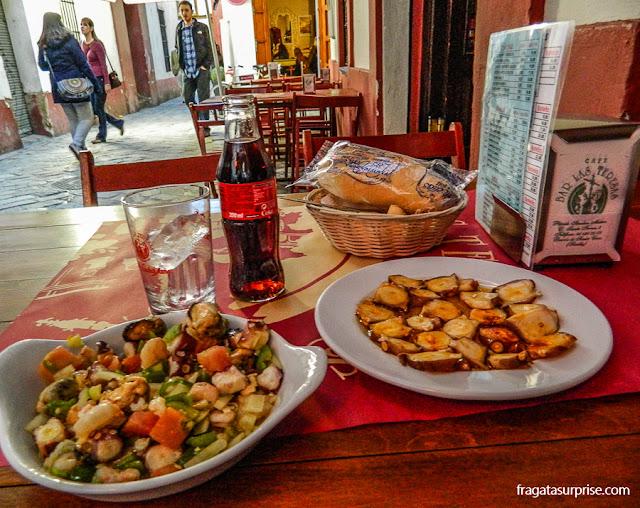 Polvo servido em taberna no Bairro de Santa Cruz, Sevilha
