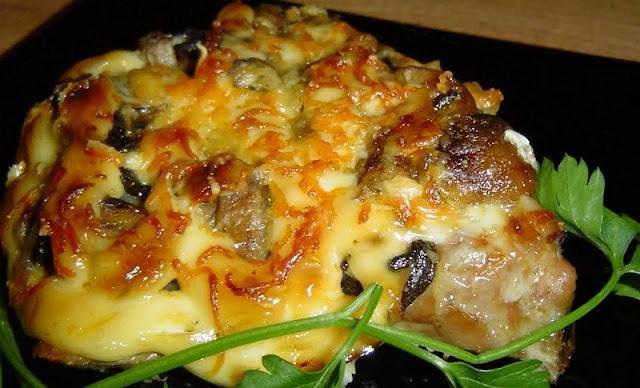 Мясо по-купечески с грибами и помидорами картинка