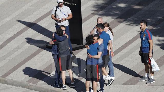 Sebelum meninggalkan hotel, beberapa staf melakukan perpisahan dengan Julen Lopetegui