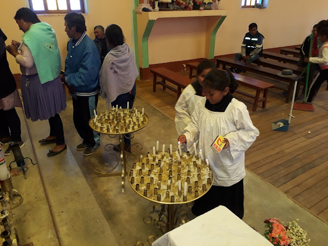 Die Ministerinnen freuen sich, wenn sie die vielen Kerzen anzünden dürfen.