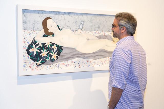 Las obras recorren escenas de gran formato con referencias a la vida cotidiana