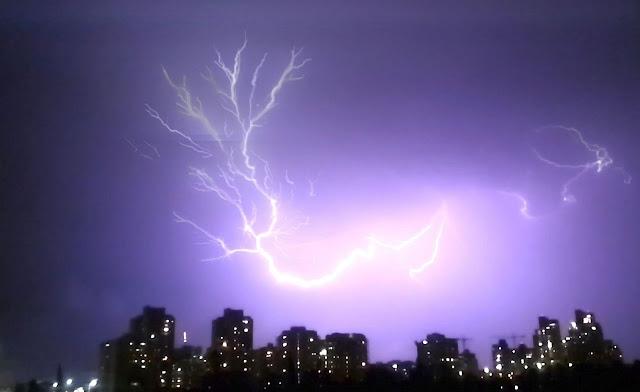 צירוף סרטון לתמונה בודדת של ברק אחד