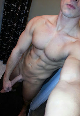 snazan-misicavi-go-muskarac-bez-odece-plocice-bicepsi