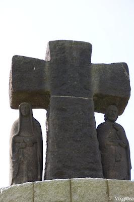 Statua di sei metri nel centro del cimitero
