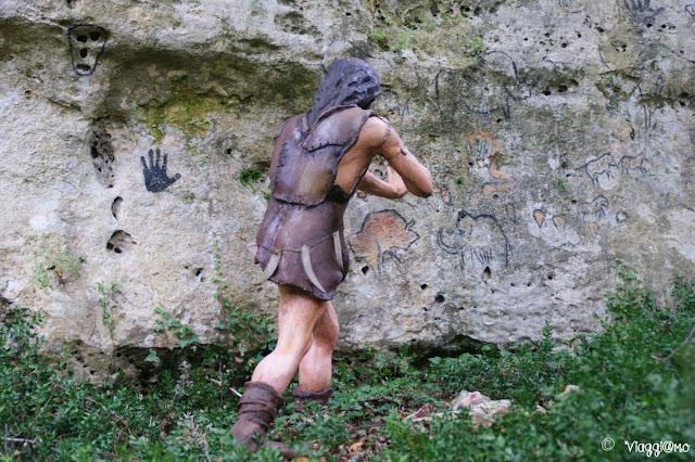 Scena che riproduce i graffiti preistorici presso le Grotte du Roc de Cazelle