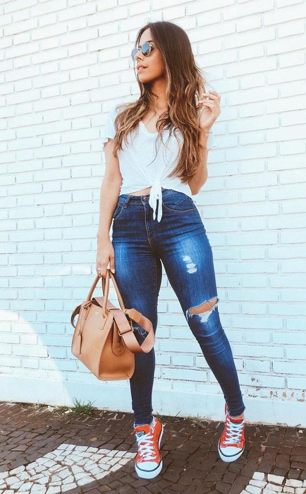 look básico com calça jeans rasgada