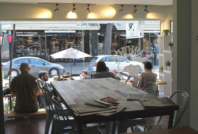 La décoration du Candide Café est simple et épurée. Mathilde Mercier © Carnet d'une Réunionnaise