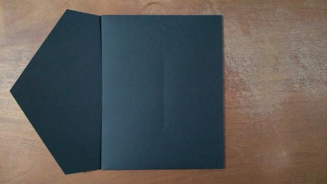 Envelope preto semi-aberto.