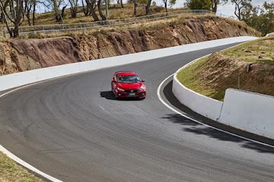 Civic Type R di salah satu tikungan di Mount Panorama