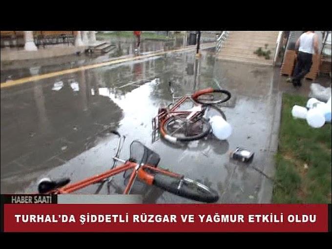 Turhal'da öğleden sonra şiddetli rüzgar ve yağmur etkili oldu.