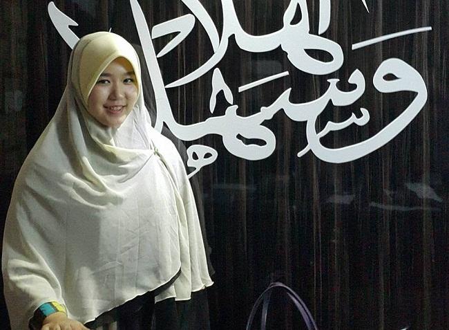 Gadis keturunan Tionghoa bernama Melissa Oentoro ini tak pernah menyangka akan mendapatkan hidayah dan memeluk agama islam.