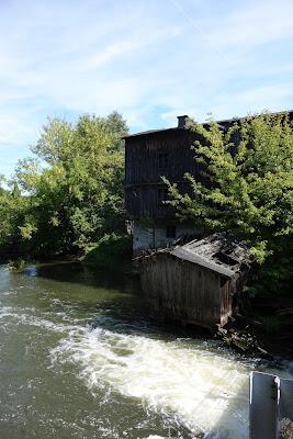 Pochodzący z lat 20. XX wieku młyn wodny na Rawce, obecnie nieczynny