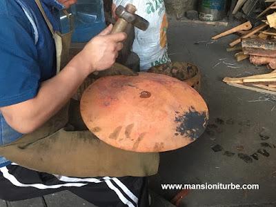 Artesano elaborando Artesanías de Cobre, en Santa Clara del Cobre, Michoacán