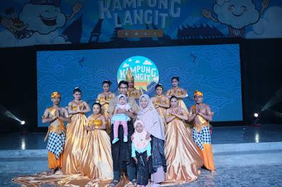 Berfoto bersama para penari Godessa setelah pertunjukan